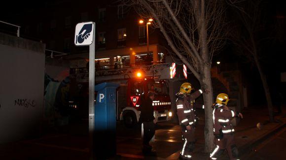Ferida lleu una persona en un incendi al carrer d'Alps