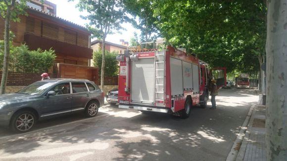 Els Bombers sufoquen un foc en el motor d'un cotxe i una crema de matolls