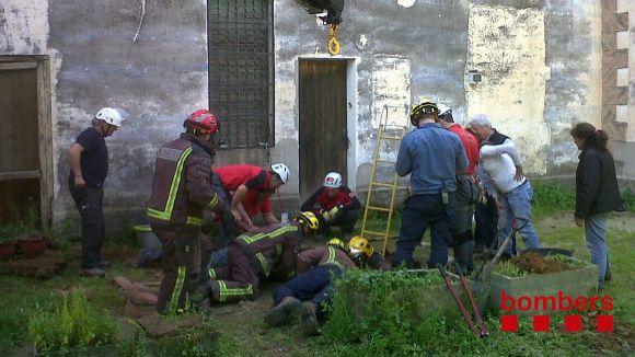 Els bombers aconsegueixen rescatar el cavall que ha caigut a un pou sec
