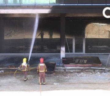 Un incendi al Mira-sol Centre provoca una gran columna de fum