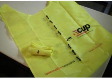 La CUP ven bosses reutilitzables per reduir el consum de plàstic a la ciutat