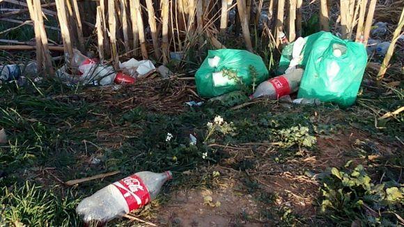 C's lamenta la brutícia causada pel botellot a Can Solà i demana accions a l'Ajuntament