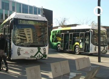 Els autobusos híbrids s'han presentat a la plaça de la Vila
