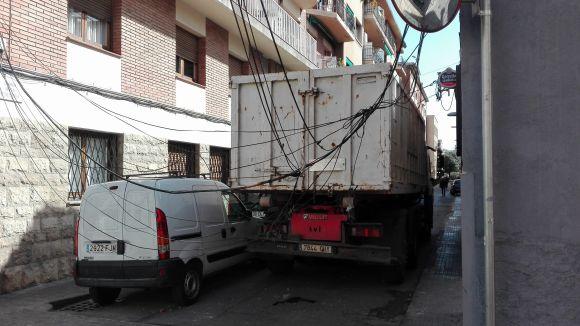Restablert el trànsit al carrer Indústria després que un camió hagi arrencat uns cables telefònics