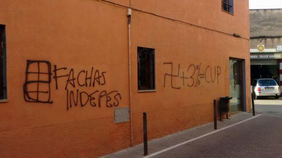 Apareixen a Cal Temerari pintades que comparen la CUP amb el nazisme