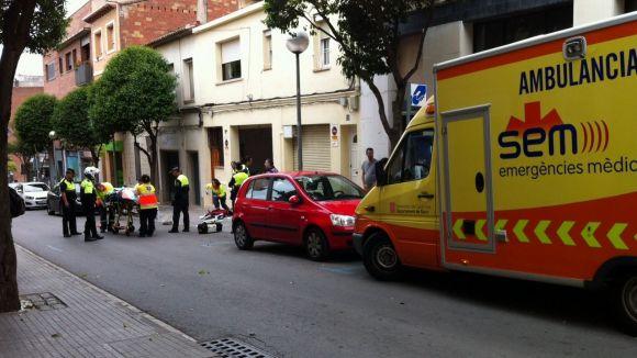 Xoc entre un ciclista i un cotxe al carrer d'Anselm Clavé