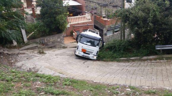 Un camió amb gasoil cau al carrer de la Verònica de les Planes
