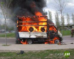Reestablert el trànsit a la rotonda de l'Hipòdrom després de l'incendi d'un camió
