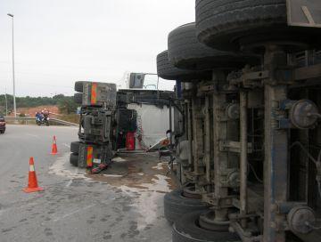 Matí de col·lapse a l'AP-7 i l'accés des de Can Magí per dos camions accidentats