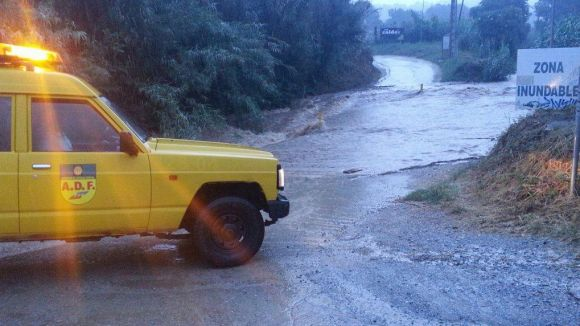 La pluja provoca el desbordament de la riera de Can Calders