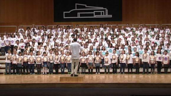 L'11a edició de la Cantata de les escoles públiques emociona pares i familiars