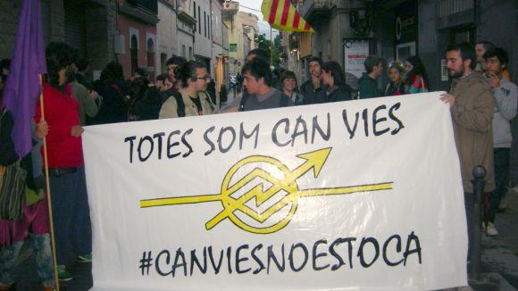 Un centenar de persones es concentra contra el desallotjament de Can Vies
