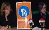 La regidora de Serveis Personals, Àngels Ponsa, i un dels organitzadors mostren el cartell dels Carnestoltes 2003