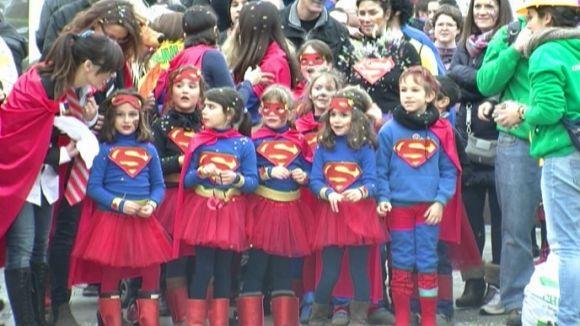 El Carnaval infantil omple la plaça d'Octavià tot i la tímida pluja