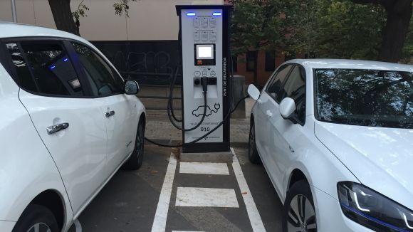 Ja està en funcionament el punt de càrrega de vehicles elèctrics al carrer de la Mina
