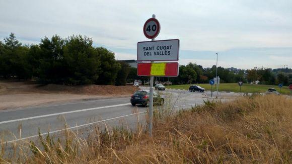 El cartell que identifica Sant Cugat com a membre de l'AMI apareix pintat amb una bandera espanyola
