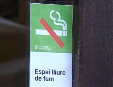 Els fumadors compleixen la llei antitabac als bars i restaurants de la ciutat