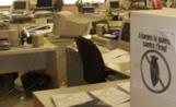 A la dreta de la imatge s'observa un cartell en contra la guerra penjat a les oficines de l'àrea de Serveis Urbans de l'Ajuntament