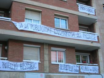 L'Ajuntament respon als veïns del carrer Castellví que les obres de la Casa de Cultura no s'aturaran