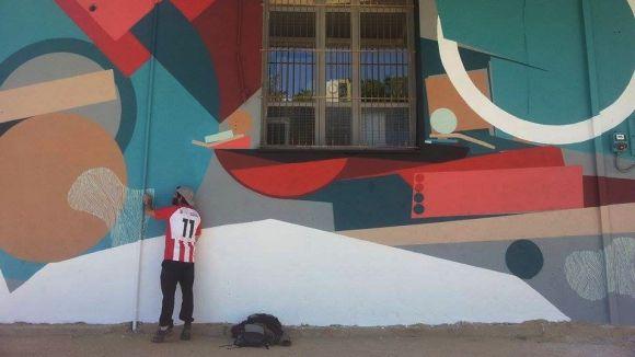 La Casa de Cultura llueix una pintura mural per fer més atractiva la façana
