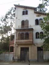 Vista actual dels exteriors de la casa okupada