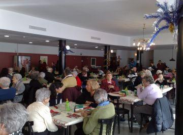 Els avis i àvies de la residència de Santa Rosa celebren el Nadal acompanyats de familiars i voluntaris