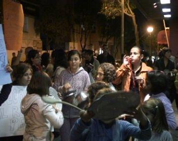 Una quinzena de persones de l'escola Catalunya treuen les cassoles al carrer per la supressió de l'autobús de la piscina