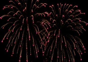 El castell de focs il·lumina el cel santcugatenc en la primera nit de Festa Major