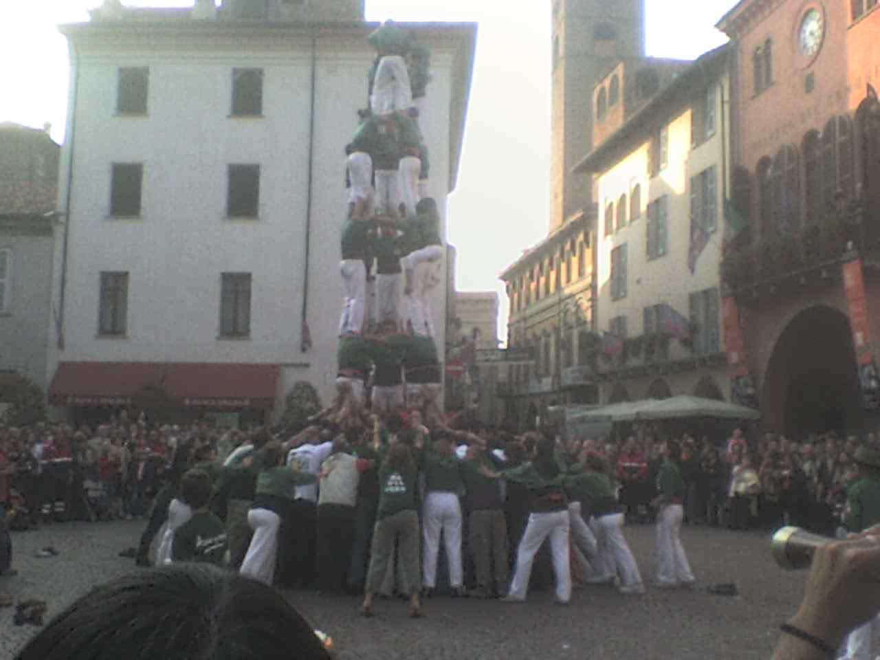 Actuació dels Castellers a la Piazza dil Duomo a Alba