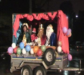 Els Reis arriben als districtes en helicòpter, tren i carrossa