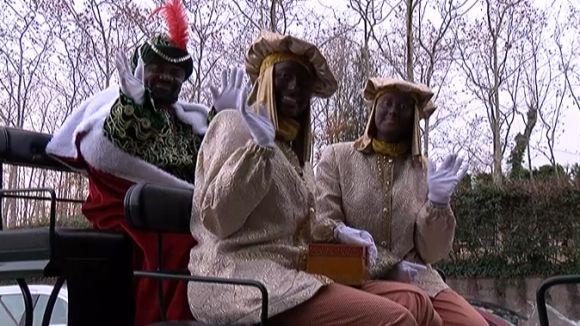 Els Reis Mags reparteixen il·lusió i 300 quilos de caramels pels carrers de Valldoreix