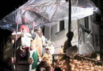 Milers de persones desafien la pluja i segueixen l'arribada dels Reis Mags al centre