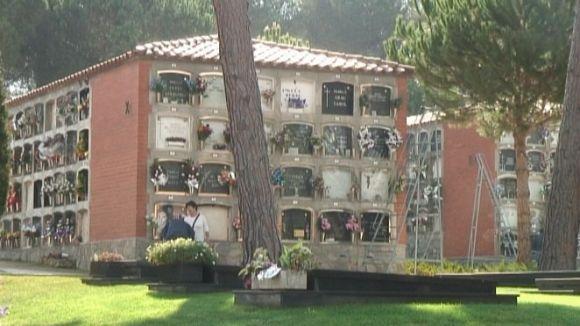 Visitar el cementiri és una tradició viva a Sant Cugat, però en descens