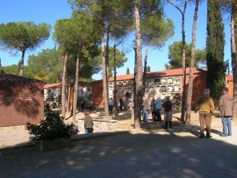 Un servei especial d'autobusos aproparà els santcugatencs al cementiri per Tots Sants