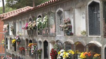Uns 8.000 santcugatencs recorden familiars i amics difunts pel pont de Tots Sants