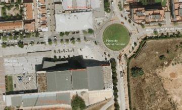 Actuacions davant del Centre Cultural per millorar el paviment de la vorera