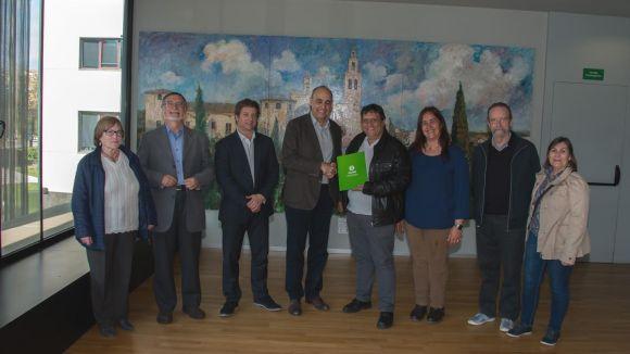 Acte d'entrega dels diners, amb el president de l'entitat veïnal, Vicenç Sanfrancisco, i els regidors Mayte Pérez i Pere Soler