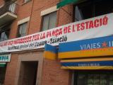 L'entitat ha penjat un primer cartell al carrer Lluís Companys, entre els carrers Pous i Rosselló