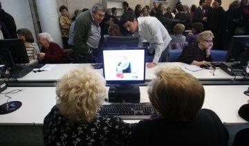 Les persones grans ja es poden iniciar a la informàtica a la nova ciberaula de la Floresta