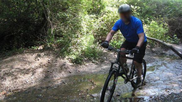 Un ciclista circulant per la llera de la riera Vallvidrera / Foto: El Mussol