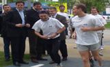 L'alcalde Recoder observa els primers corredors que utilitzen els nou circuit de fitness