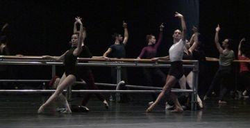 José Carlos Martínez repassa la dansa clàssica amb les joves promeses