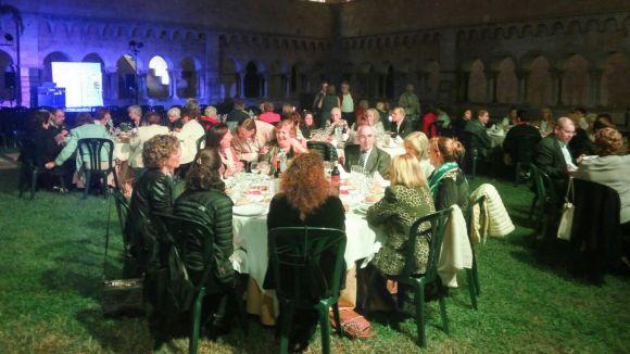 El 3r sopar solidari d'Oncolliga reuneix un centenar de persones al Claustre del Monestir