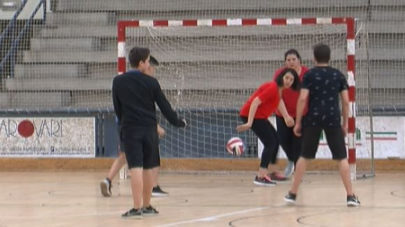 Uns 400 estudiants de 4t d'ESO dels instituts públics comparteixen una original matinal esportiva