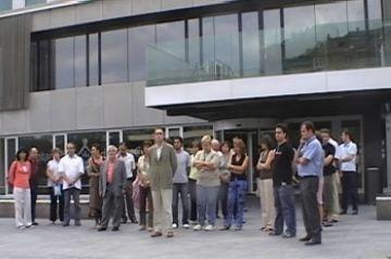 Els santcugatencs es concentren per expressar el seu condol als afectats per l'accident de Barajas