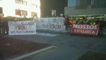 Una quarantena de persones escridassen Artur Mas a les portes de l'ajuntament