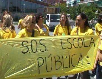 Mestres de centres públics protesten contra les retallades