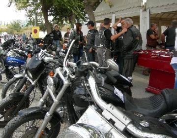 Centenars de motos es concentren a l'entrada de Sant Cugat en la primera 'Matinal Biker'