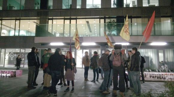 Una vintena de persones es concentra contra la suspensió del Constitucional