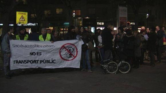 50 persones participen en la concentració contra la pujada tarifària del transport